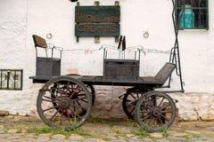 Gammal vagn som parkeras på en gammal sten stenlagd gata royaltyfria bilder