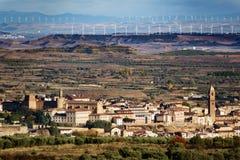 Gammal by, vanlig terräng och moderna vindturbiner Arkivbild