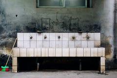 Gammal vask i skola fotografering för bildbyråer