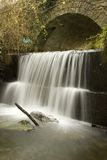 gammal vattenfall för bro royaltyfri bild