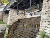 Gammal vattenfall med trappa Arkivfoton
