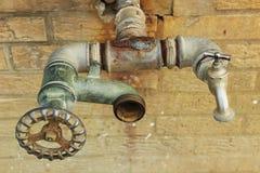 Gammal vattenkran Arkivfoto