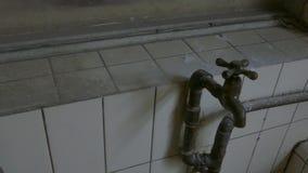 Gammal vattenkran i byggnad lager videofilmer