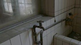Gammal vattenkran i byggnad stock video
