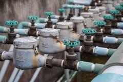 Gammal ventil för hushållvattenrör arkivfoto