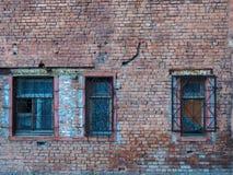 Gammal ?vergiven byggnad med brutna f?nster fotografering för bildbyråer