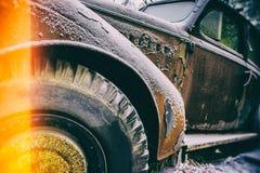 Gammal övergiven rostig bil Arkivfoto