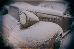 Gammal övergiven rostig bil Arkivbilder