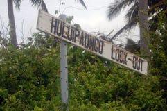 Gammal övergiven teckenPolynesien för timmer turist- ö Arkivbild