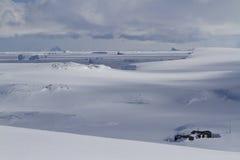 Gammal vetenskaplig antarktisk station av snöig vidder av Antarcen Arkivbilder