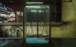 Gammal viktskala i ett exponeringsglas royaltyfri bild
