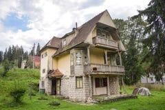 Gammal villa i Transylvania, Rumänien i förfall royaltyfri foto