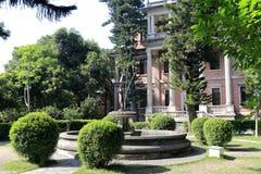 Gammal villa med den konstgjorda springbrunnen i gulangyu arkivbilder