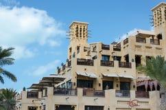 Gammal vind står högt, arabisk arkitektur, Dubai, UAE royaltyfria bilder