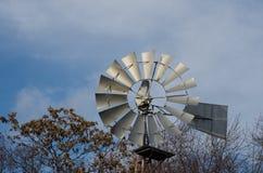 Gammal vindkraftturbin arkivfoton