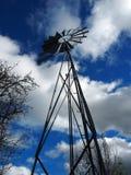 Gammal vindturbin som pumpar vatten och molnig himmel i den franska bygden arkivbild