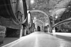 Gammal vinkällare med trummor arkivbilder