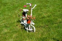 Gammal vit barncykel med härliga blommor Royaltyfria Bilder