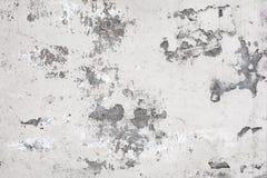 Gammal vit betongvägg med målarfärgsprickor arkivfoton