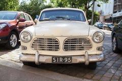 Gammal vit bil B12, främre sikt för Volvo amason 121 Fotografering för Bildbyråer
