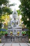 Gammal vit buddha bild i trädgården Royaltyfri Fotografi
