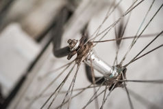 Gammal vit cykelwhist på en vit stenvägg royaltyfri bild