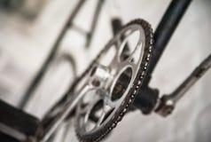 Gammal vit cykelwhist på en vit stenvägg royaltyfria bilder