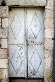 Gammal vit durty smutsig dörr med rost och handdörrknackare en härlig tappningbakgrund Royaltyfri Bild