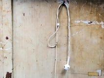 Gammal vit hörlurar med mikrofon på träbräde arkivbild