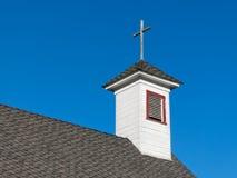 Gammal vit lantlig kyrklig kyrktorn och klockstapel Arkivbilder