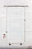 Gammal vit målad flygplandörr Royaltyfri Foto