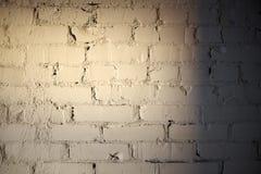 Gammal vit målad tegelstenvägg Arkivfoton