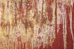 Gammal vit röd vägg med skrapor och fläckar av målarfärg Textur för grov yttersida royaltyfri foto