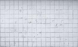 Gammal vit tegelplattaväggbakgrund royaltyfri bild