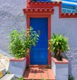 Gammal vit vägg för tappning, djupblå dörr och växter, Rio de Janeir royaltyfri fotografi