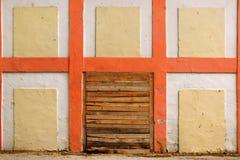 Gammal vit vägg med den rutiga modelldetaljen och trädörröppningen Fotografering för Bildbyråer