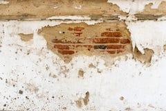Gammal vitgrå färgcement eller betongvägg Grunge rappad stuckatur texturerad bakgrund arkivfoto
