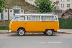 Gammal volkswagen buss på gatan Stads- stadsfoto 2016 arkivfoto