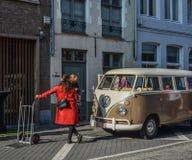 Gammal Volkswagen minibuss på den forntida gatan arkivbild