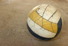 Gammal volleyboll på konkret golv Royaltyfri Foto