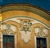 Gammal vykort av en historisk byggnad Caransebes Rumänien arkivbilder