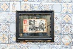Gammal vykort av paris i en ram på väggen i ett kafé Arkivfoto