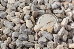 Gammal Watch som dyker upp från gruset Arkivbild