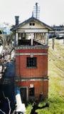 Gammal watchtower i en avlagd och övergiven drevstation arkivbild