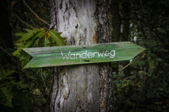 Gammal waymarker på en ` för träd`-vandringsled, Royaltyfri Foto