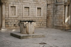 gammal well för atrium royaltyfria foton