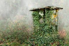 gammal well för hus arkivbild