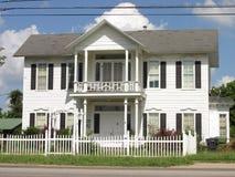 gammal white för hus royaltyfri bild