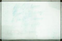 Gammal whiteboard för kontor med spår av fläckar och fläckar Arkivbild