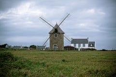 Gammal windmill i Brittany, västra Frankrike Arkivbilder
